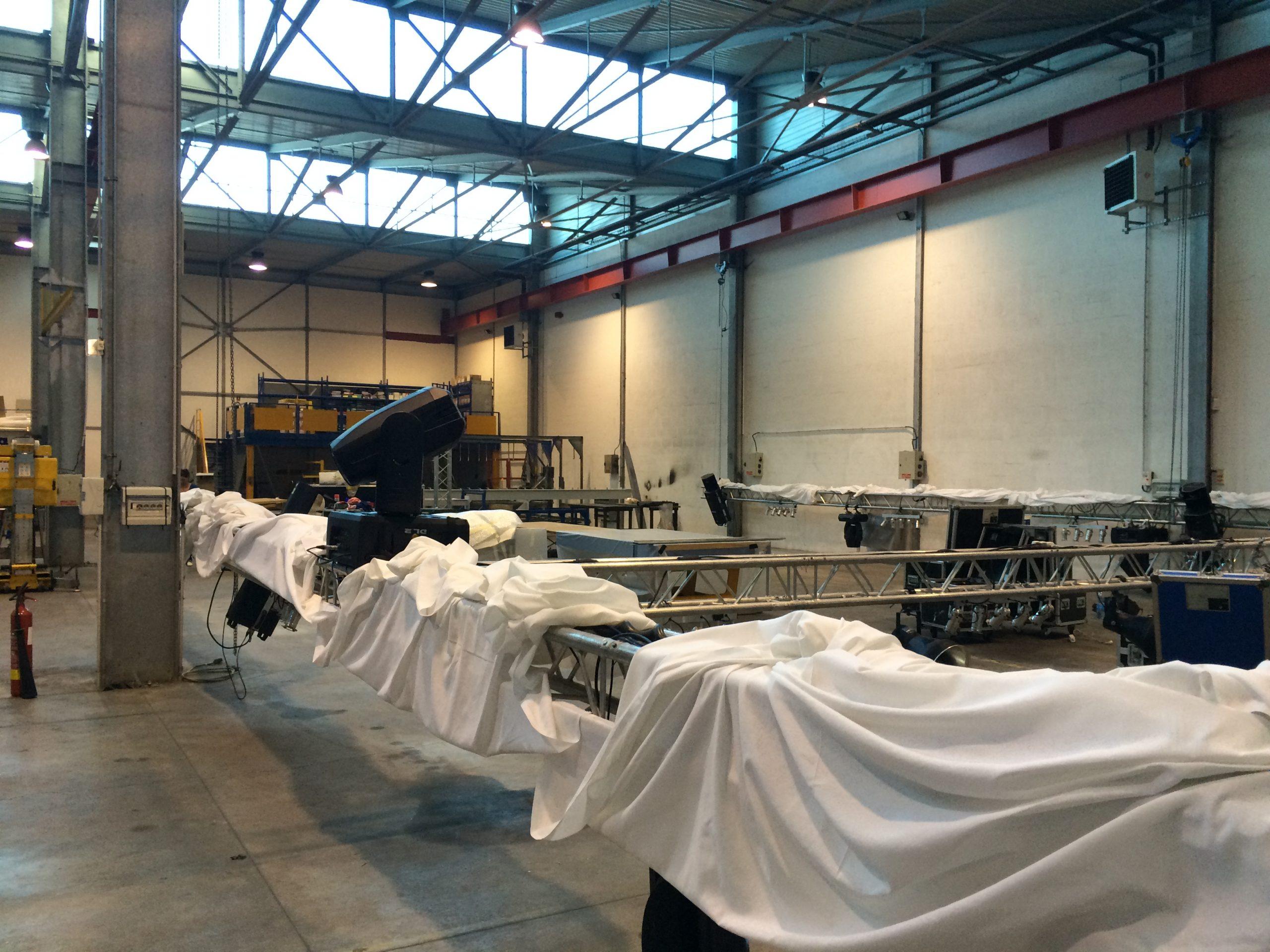 Pandora Concept pour HALGAND, Habillage d'un entrepôt pour un anniversaire d'entreprise, création d'une pièce de réception au milieu de l'usine